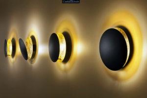 wandverkleidung_licht_lederam_w_schwarz_gold_catellani&smith_wohn-room